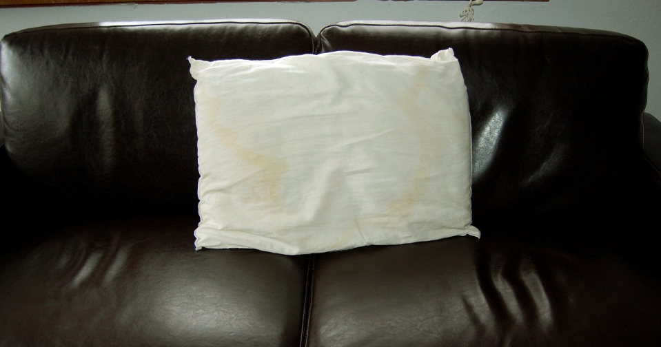 savvyhousekeeping recycling old pillow into throw pillows