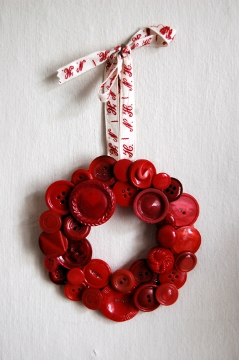 savvyhousekeeping recycled christmas wreath buttons